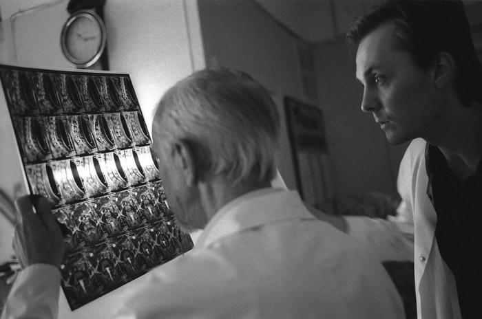 В обход. Каждое утро заведующий клиникой детской нейрохирургии профессор Юрий Орлов (слева) совершает обход, проверяя состояние больных