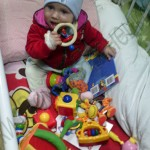 Девочка на фото из многодетной семьи очень смышленая и контактная. Игрушки очень понравились Оленьке. Мамы были очень рады и благодарны неожиданным подаркам. Огромное спасибо Евгении и ее маме Татьяне ))