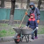 Чудесная дружная семья за работой )