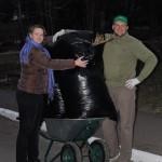 Семейный дуэт с мусорными мешками )))